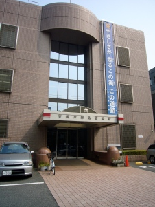 Alarmed by the size of the quake, he hurries to the Komagome Police Station, knowing he'll be needed in the aftermath.