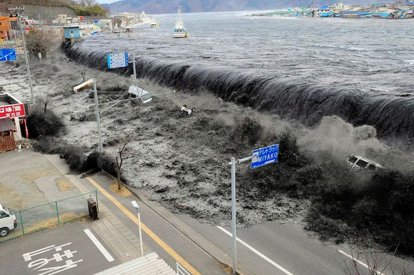 japan-earthquake-tsunami-nuclear-unforgettable-pictures-wave_33291_600x450