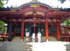 The story opens at the Komagome shrine, which is a red lacquer and gold leaf Inari shrine like this one...