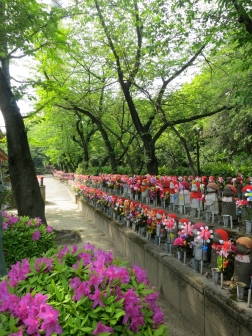 Anyone can stroll along this boulevard of Jizo figures at Zojoji Temple, near the fancy Tofu-ya Ukai restaurant.