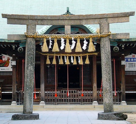 A shimenawa rope made from rice straw hangs on this torii gate to show that beyond the gate is sacred ground.