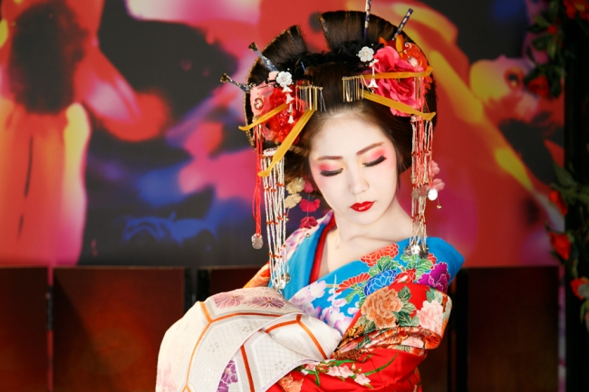 Of course, everything old is new: oiran courtesans were apparently in the habit of making their eyes look weepy and sick too.