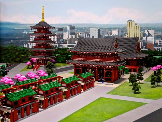 The model of Tokyo changes with the seasons – this picture of Senso-ji temple was taken when the cherry blossoms were in bloom, outside in the wide world of Non-Lego Land.