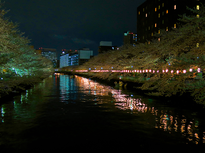 The lights stay on until 21:00, so you can enjoy the reflections on the water.