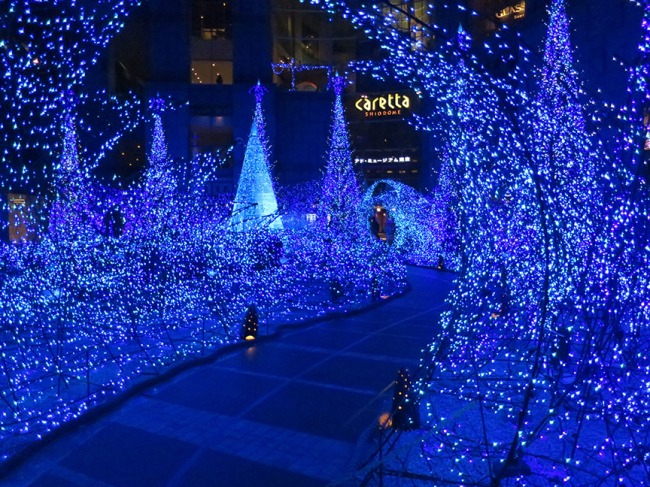 Once again, this Shiodome courtyard is transformed into a fantasy landscape of starry blue lights