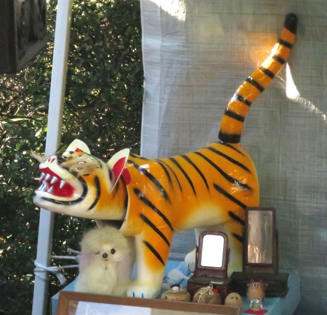 Enormous bobble-head tigers