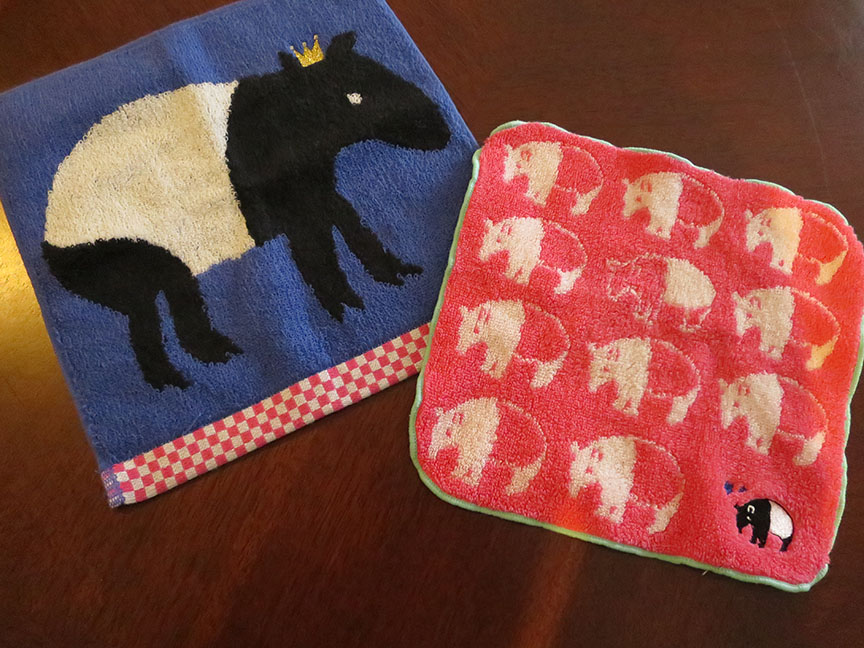 At the time I bought these, I thought I'd better snap them up, because I'd never see another piece of tapir-themed goods as long as I lived. Haha, I thought. Seriously? Tapirs?