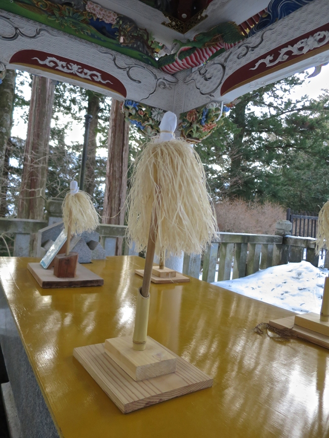 And if the water is frozen (as it's likely to be, on a remote mountaintop in Chiba-ken during the winter) you can swish these wands made of cedar shavings over your hands instead