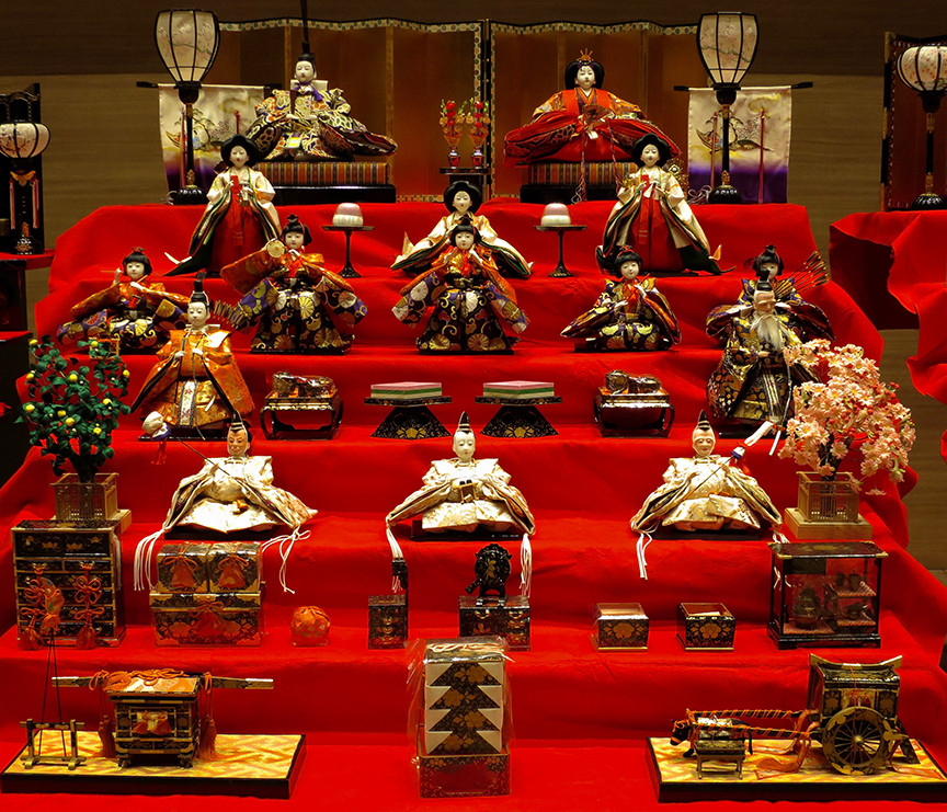 Just for comparison, this is about the most extravagant display I'd seen before going to Katsuura. Most people just put out the emperor and empress, but the ones who really lay out the big bucks collect the whole set: three ladies in waiting, fivie musicians, three important ministers and a bunch of furniture and occasionally, livestock